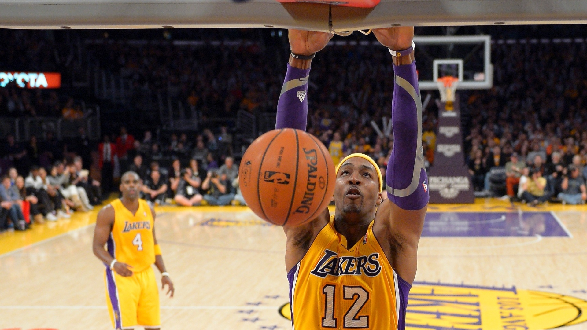 15.jan.2013 - Dwight Howard converte enterrada na vitória do Los Angeles Lakers sobre o Milwaukee Bucks