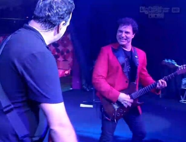 """16.jan.2013 - Frejat se apresenta com o Barão Vermelho no jardim do """"BBB13"""""""