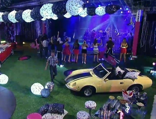 16.jan.2013 - A decoração tem como tema os anos 50 e conta até com um carro antigo no jardim