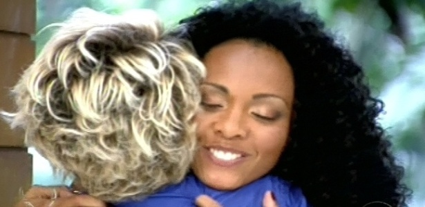 16.jan.2013 - Aline abraça a apresentadora Ana Maria Braga no