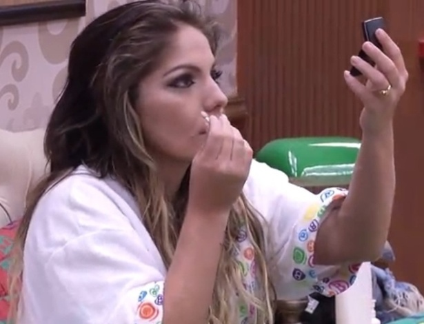 16.jan.2013 - Anamara passa maquiagem e se prepara para a festa de quarta a noite