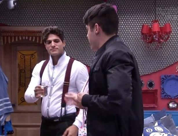 "16.jan.2013 - André e Nasser se arrumam para a terceira festa do ""BBB13"""