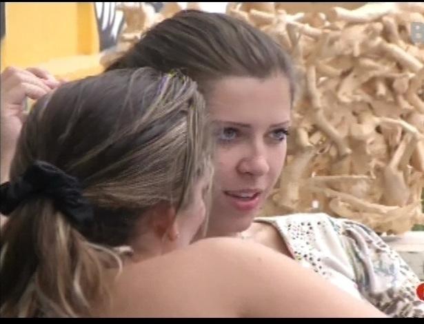 16.jan.2013 - Andressa e Anamara conversam sobre os homens da casa. Maroca confessa que gosta de apanhar ao mesmo tempo em que recebe carinho na cama