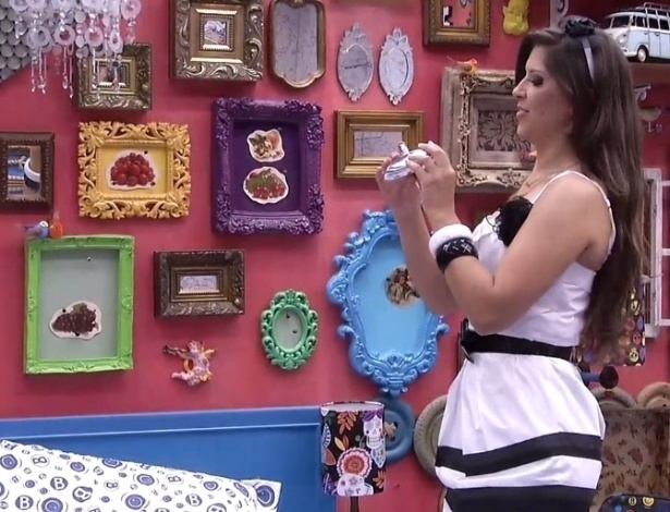 "16.jan.2013 - Andressa se maquia, já vestida, para a terceira festa do ""BBB13"""