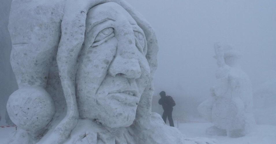 16.jan.2013 - Escultura gigante de gelo em Pustevny, na República Tcheca, durante evento que traz várias obras esculpidas em gelo