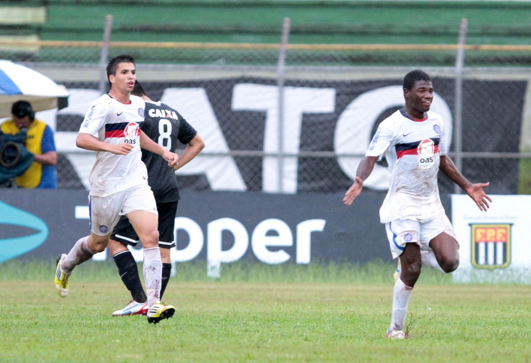 16.jan.2013 - Feijão (à direita) comemora após marcar pelo Bahia contra o Corinthians na Copa São Paulo de Futebol Junior