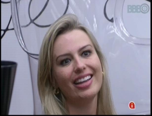 16.jan.2013 - Fernanda conversa com veteranas no quarto do líder