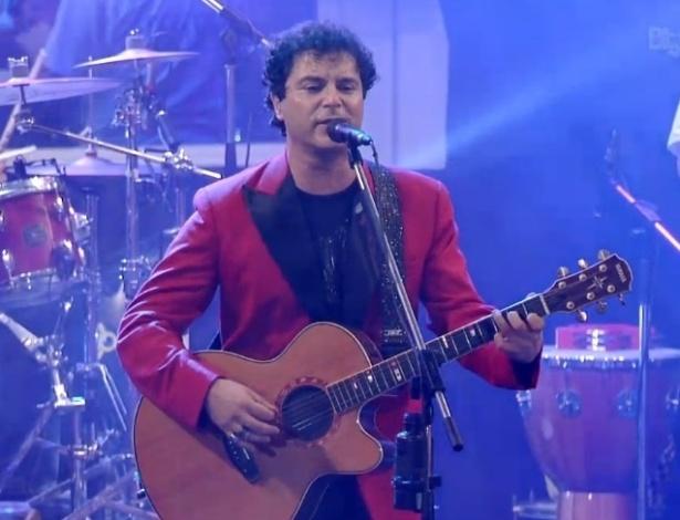 """16.jan.2013 - Frejat canta o hit """"Por você"""" e anima o casal André e Fernanda"""