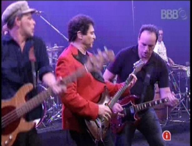 16.jan.2013 - Frejat e os integrantes do Barão Vermelho animam os brothers na noite desta quarta-feira