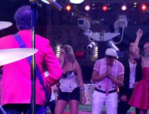 """16.jan.2013 - Frejat se apresenta com o Barão Vermelho no jardim do """"BBB13"""" e canta """"Tente outra vez"""""""