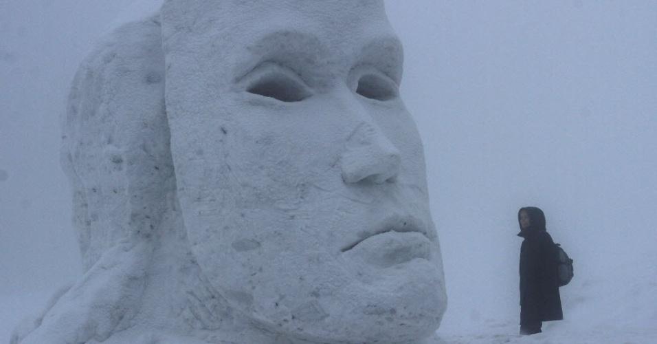 16.jan.2013 - Homem observa escultura gigante de gelo em Pustevny, na República Tcheca, durante evento que traz obras feitas em gelo