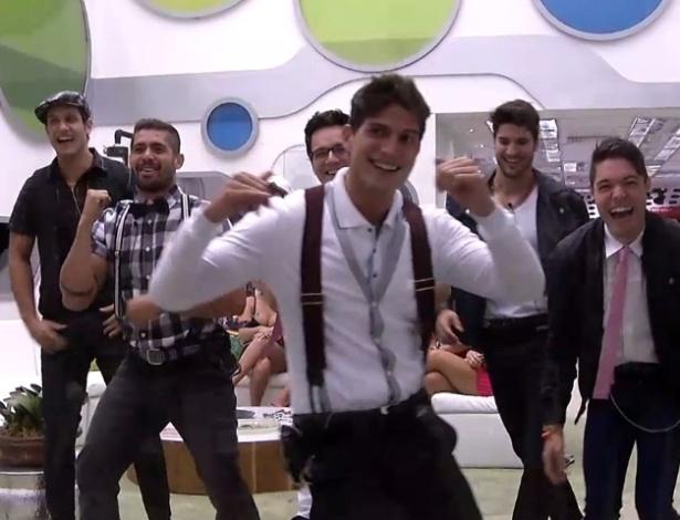 """16.jan.2013 - Homens dançam e se divertem em frente ao espelho antes de a festa começar no jardim do """"BBB13"""""""