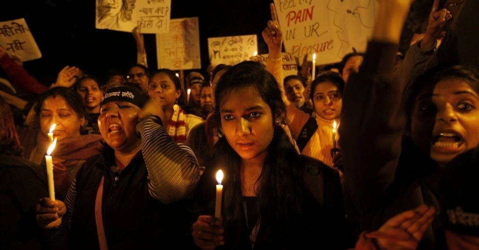 16.jan.2013 - Indianos fazem protesto contra o estupro coletivo sofrido por uma estudante em dezembro.  O grupo também prestou homenagens à jovem,  não resistiu aos ferimentos e faleceu  dias depois do crime