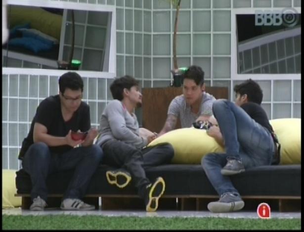 16.jan.2013 - Ivan, André, Nasser e Marcello conversam sobre as mulheres da casa