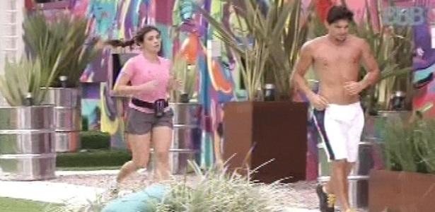 16.jan.2013 - Kamilla e André, proibidos de malhar na academia, correm na área externa da casa do