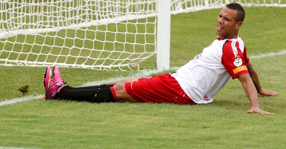 16.jan.2013 - Luis Fabiano lamenta chance perdida em jogo-treino do São Paulo contra o Red Bull em Cotia