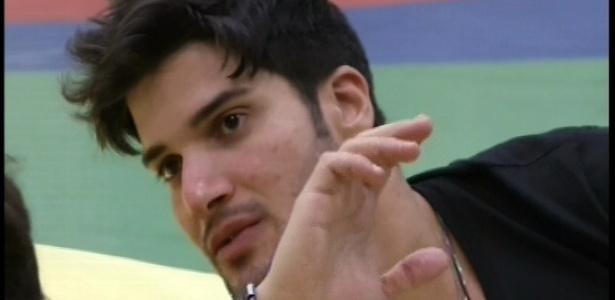 16.jan.2013 - Marcello Soares conversa com outros brothers sobre as mulheres da casa