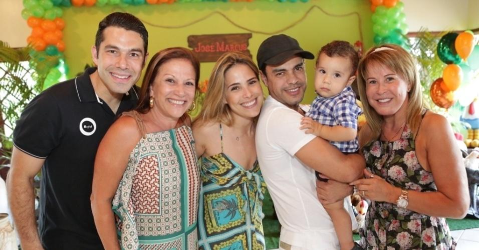 16.jan.2013 - Marcus Buaiz, Tânia Buaiz, Wanessa, Zezé di Camargo e Zilú celebraram o primeiro ano de José Marcus, filho da cantora