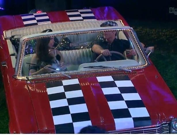 16.jan.2013 - Os paranaenses Elieser e Andressa se divertem dentro de um automóvel estacionado no jardim