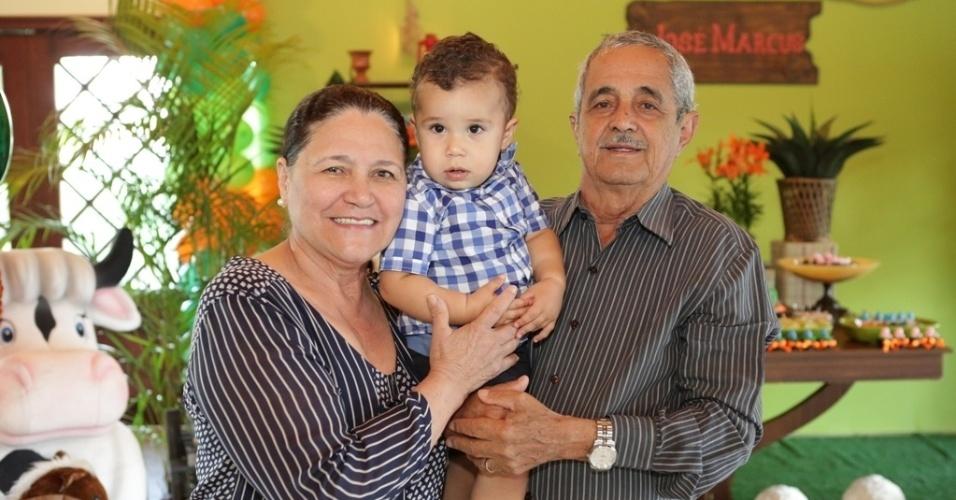 16.jan.2013 - Seu Francisco e Helena, pais de Zezé di Camargo, celebraram o primeiro ano do bisneto, José Marcus, com festa na fazenda da família em Goiânia