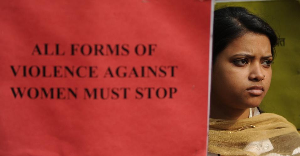 16.jan.2013- Ativista participam de protesto no centro de Nova Déli, na Índia, para lembrar o estupro coletivo de uma jovem de 23 anos, na capital indiana, ocorrido há um mês. A jovem morreu duas semanas depois. Cinco suspeitos (um menor envolvido no caso será julgado separado) estão sendo julgados pelo crime