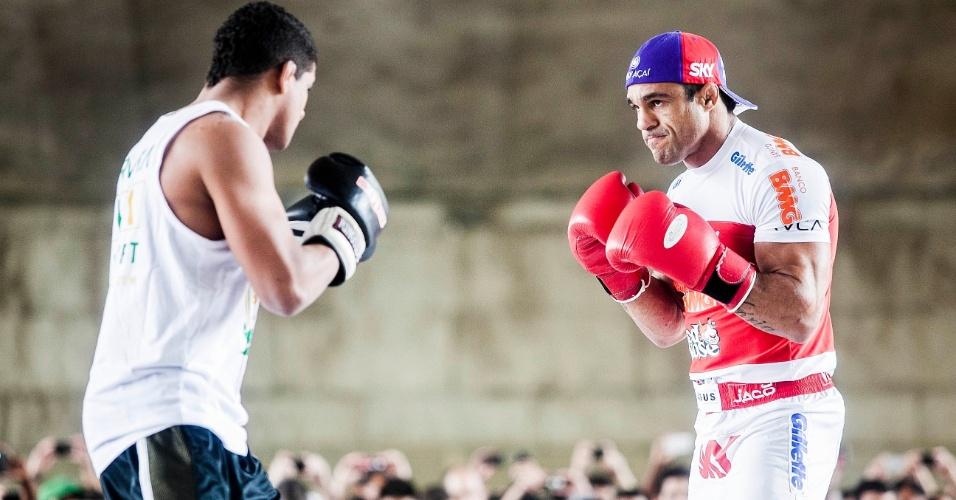 16.jan.2013- Belfort treina boxe no octógono montado embaixo do Viaduto do Chá, no centro de São Paulo