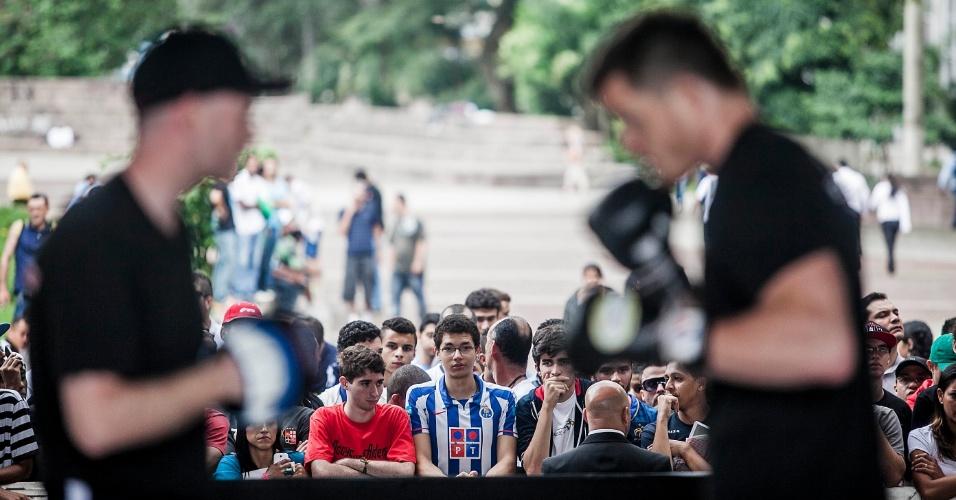 16.jan.2013- Fãs e curiosos acompanham treino aberto para o UFC SP no Vale do Anhangabaú, na região central de São Paulo