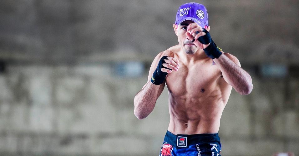 16.jan.2013- Godofredo Pepey faz aquecimento durante treino aberto do UFC SP, no Vale do Anhangabaú