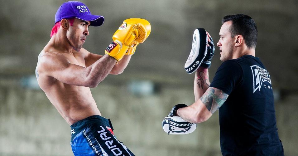 16.jan.2013- Godofredo Pepey realiza movimentos de boxe com seu treinador no Vale do Anhangabaú