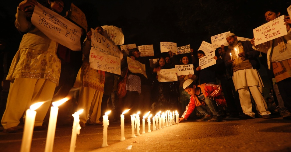 16.jan.2013- Manifestantes acendem vela durante um protesto no centro de Nova Déli, na Índia, contra o estupro coletivo de uma jovem de 23 anos, na capital indiana, ocorrido em dezembro. A jovem morreu duas semanas depois. Cinco suspeitos (um menor envolvido no caso será julgado separado) estão sendo julgados pelo crime