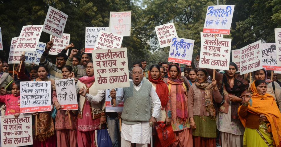 16.jan.2013- Manifestantes protestam no centro de Nova Déli, na Índia, contra o estupro coletivo de uma jovem de 23 anos, na capital indiana, ocorrido há um mês. A jovem morreu duas semanas depois. Cinco suspeitos (um menor envolvido no caso será julgado separado) estão sendo julgados pelo crime