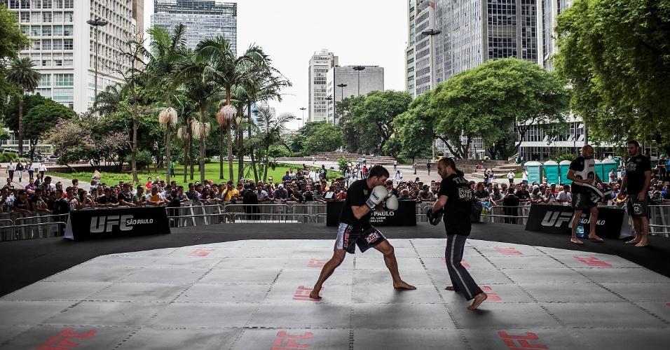 16.jan.2013- Rival de Belfort na luta principal do UFC SP, Michael Bisping faz aquecimento em treino aberto no Anhangabaú