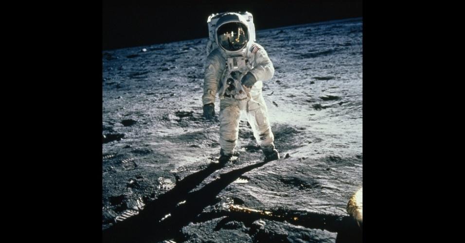 16.jan.2013-A National Geographic Society está celebrando os seus 125 anos. Uma das mais importantes fotografias publicadas pela sociedade foi tirada em 1969 na Lua. Buzz Aldrin anda no mar da Tranquilidade, com o seu visor refletindo Neil Armstrong e o módulo lunar Eagle
