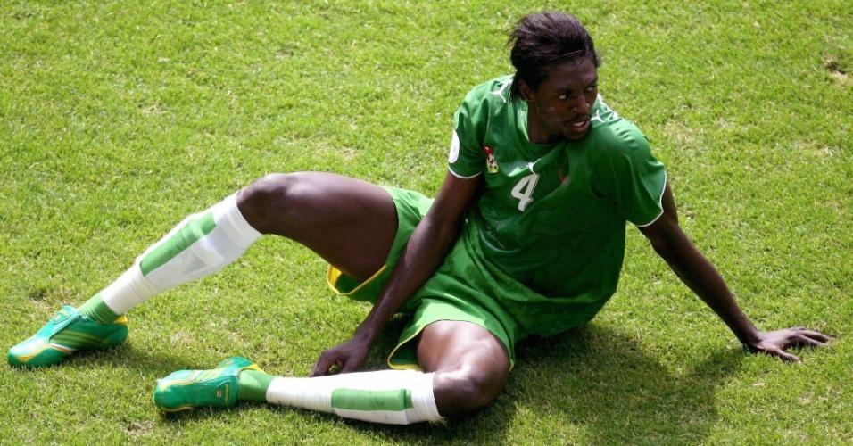 19.jun.2006 - O atacante Emmanuel Adebayor lamenta a derrota da seleção do Togo por 2 a 0 para a seleção da Suíça, em Dortmund, na Alemanha