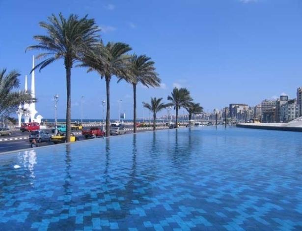 A Grande Biblioteca de Alexandria fica à beira do Mediterrâneo, na orla marítima da cidade