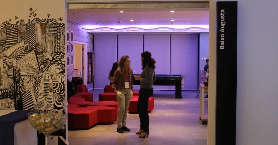 A maioria das salas do novo escritório tem nomes de lugares do Brasil (sobretudo de São Paulo) ou de comidas. A sala de convivência do Google (acessível logo após a passagem pela recepção), por exemplo, chama Baixo Augusta. Nela, há um frigobar com bebidas, pufes e uma mesa de sinuca