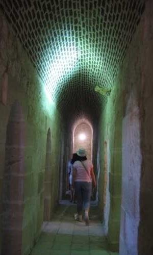 Corredores íngremes e escuros no interior da Fortaleza de Qaitbay, em Alexandria, no Egito, são percorridos por turistas do mundo inteiro
