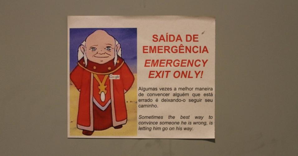 Detalhe da mensagem do enigmático personagem Mestre dos Magos presente nas saídas de emergência do escritório do Google em São Paulo