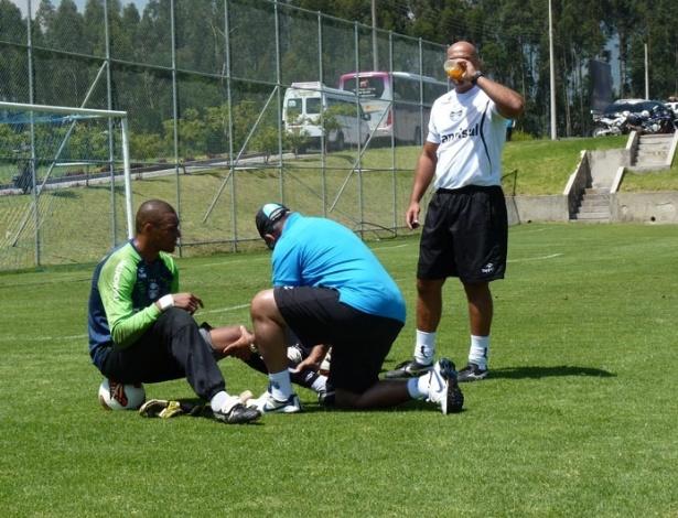 Dida é atendido por médicos do Grêmio com dores no joelho esquerdo