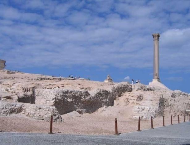 Erguida em 291 d.C., a Coluna de Pompeu, em Alexandria, no Egito, tem mais de 30 metros de altura. Ainda intacta, foi feita em granito roxo de Assuán