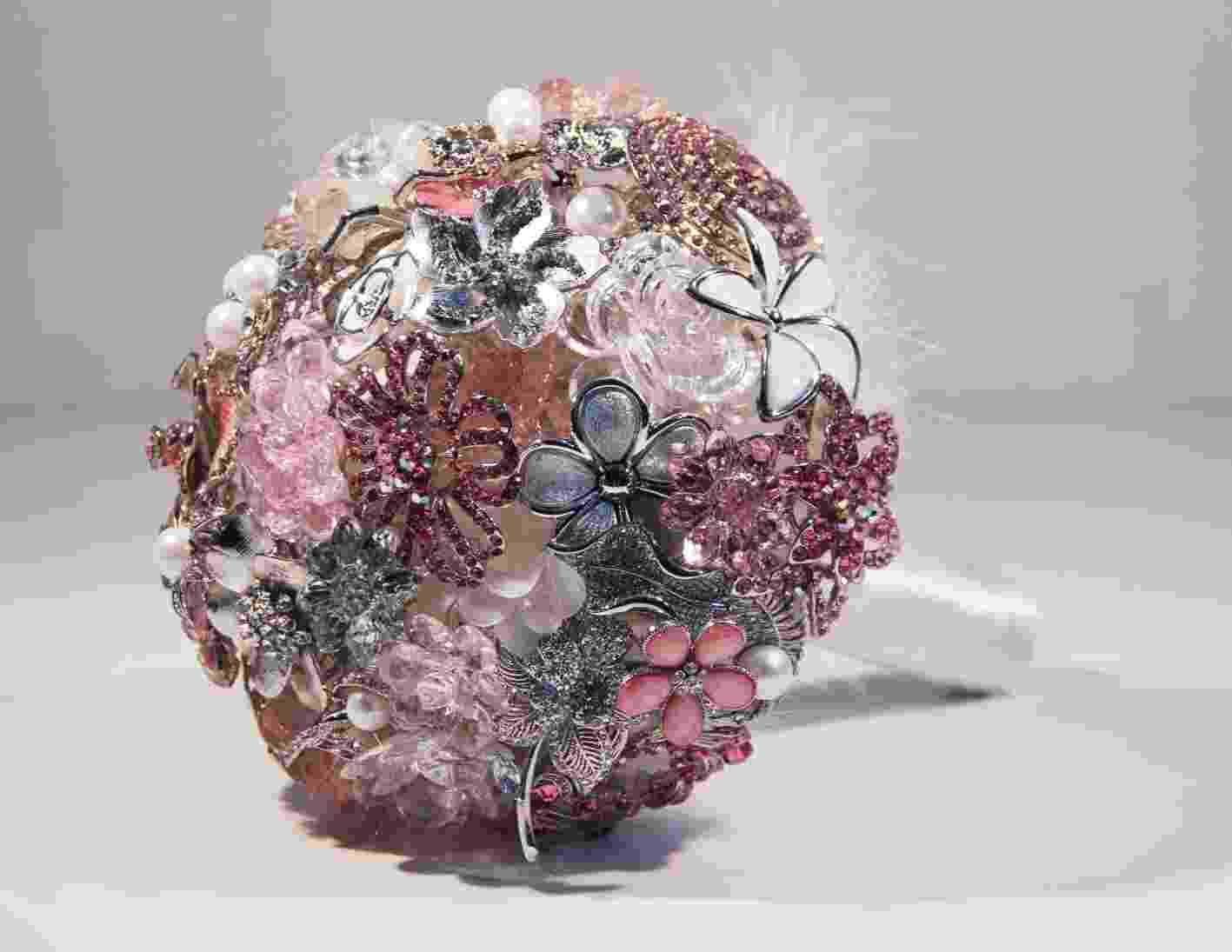 Imagem de buquê de noiva com broches da Bouquet Boutique - Divulgação/Bouquet Boutique