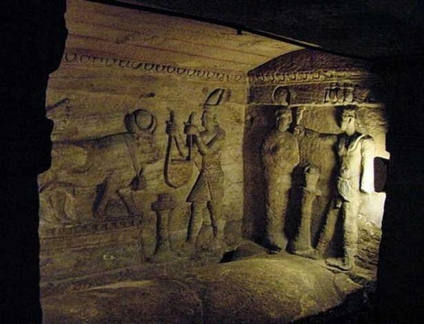 Interior das catacumbas de Kom El-Shuqafa, datadas dos séculos 1 e 2 d.C., em Alexandria, no Egito