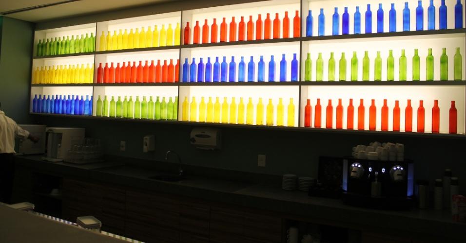 Logo após a recepção do Google, há uma área de convivência com vários pufes, bebidas (não alcoólicas) à vontade e uma mesa de sinuca