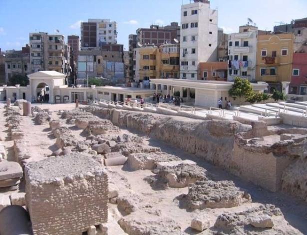 Moradias simples disputam a atenção dos monumentos históricos pelas ruas de Alexandria, no Egito
