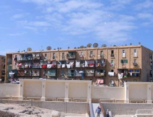 Moradias simples nos arredores de monumentos históricos pelas ruas de Alexandria, no Egito