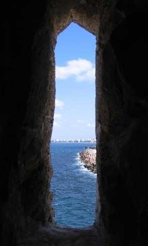 Vista do mar a partir do interior da Fortaleza de Qaitbay, em Alexandria, no Egito