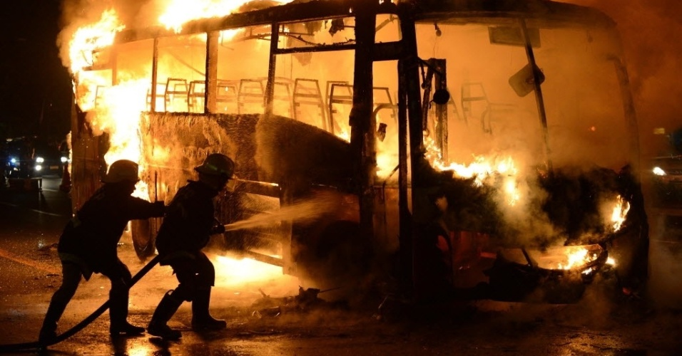 13.jan.2013 - Bombeiros tentam conter fogo em ônibus de passageiros em Manila (Filipinas). De acordo com a imprensa local, seis pessoas ficaram feridas. Ainda não se sabe as causas do incêdio