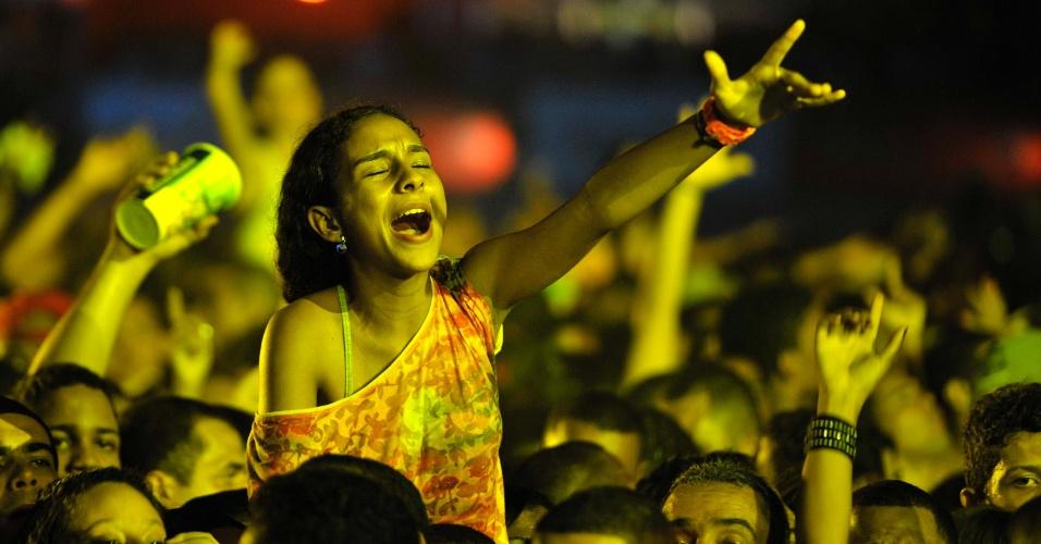16.jan.2013 - Fãs cantam durante a apresentação do Rappa no Festival de Verão, em Salvador