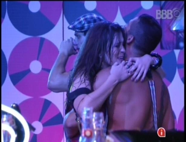 16.jan.2013 - Kamilla abraça Yuri e começa a rolar um clima entre os dois