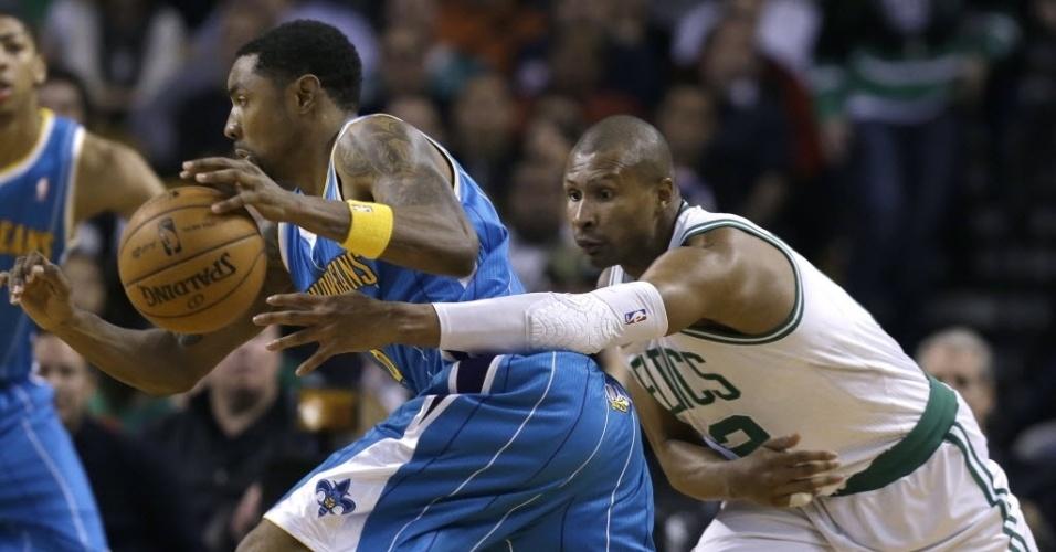 16.jan.2013 - O brasileiro Leandrinho tenta roubo de bola na derrota dos Celtics para os Hornets; Barbosa teve 7 pontos em 2 minutos
